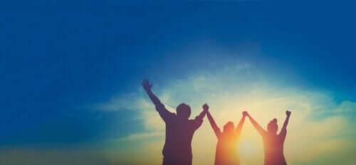 Osoby unoszące ręce