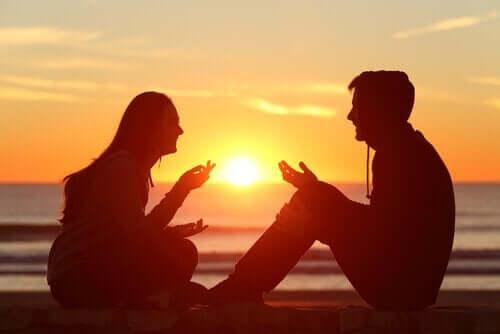 Para rozmawiająca podczas zachodu słońca