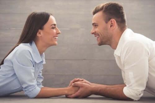 Para trzyma sięza ręce i uśmiecha