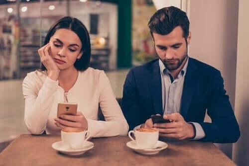 Jak telefony komórkowe mogą zniszczyć związek?