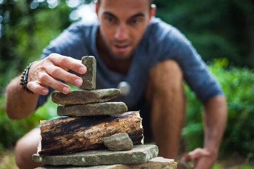 Tworzenie piramidy z kamieni