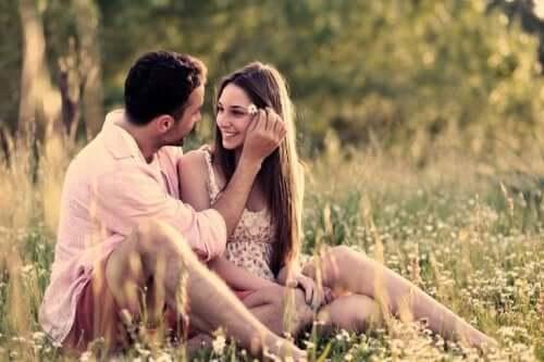 Zakochana para spędza czas razem na łące