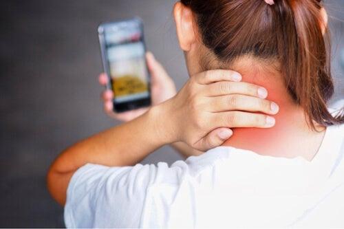 Tech neck: dlaczego powstaje i jak można temu zapobiec?
