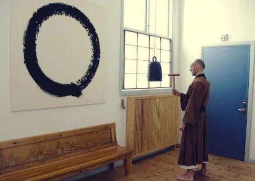 Buddyjski mnich malujący ensō