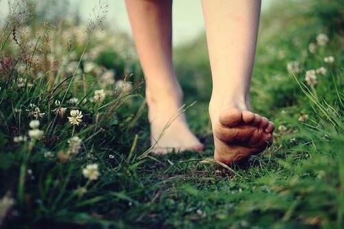 Chodzenie boso poprawia kontakt z przyrodą