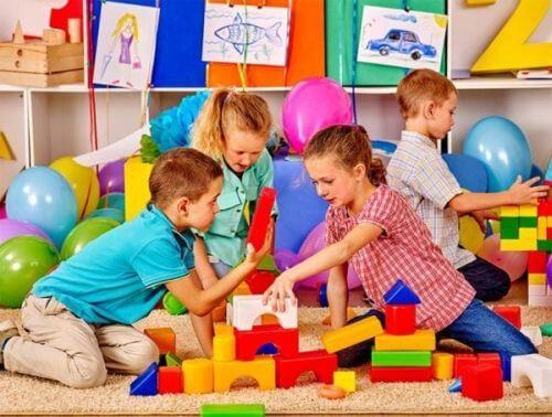 Dzieci układają kolorowe klocki, pracując w grupie