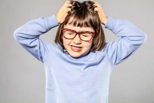 Dziewczynka wyrywająca włosy