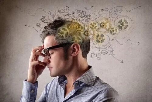 Mężczyzna w trakcie myślenia