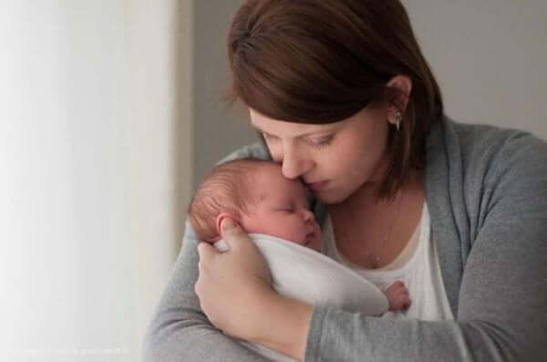 Mama trzyma w ramionach niemowlę