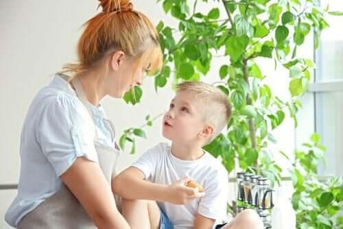 Mama rozmawiająca z synem - odzyskanie kontroli rodzicielskiej