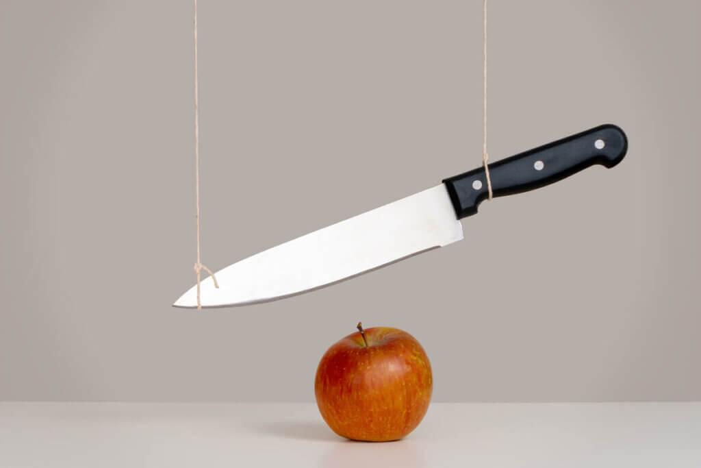 Nóż nad jabłkiem