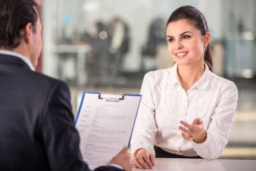 Kobieta odpowiada na pytania na rozmowie o pracę