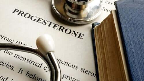 Słowo progesteron wydrukowane na kartce