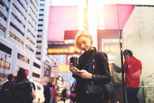 Smartfonowe zombie: gdy idąc ulicą, korzystasz z telefonu