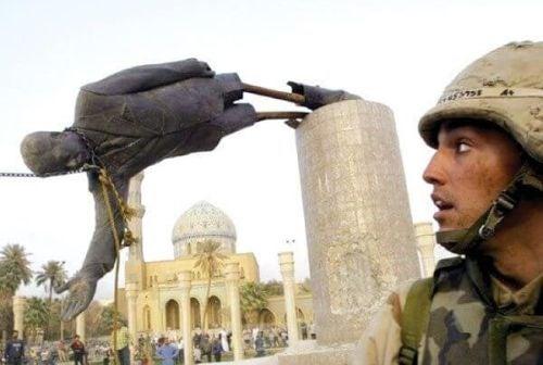 Teoria ramowania: żołnierz przy protestujących w Iraku niszczących pomnik
