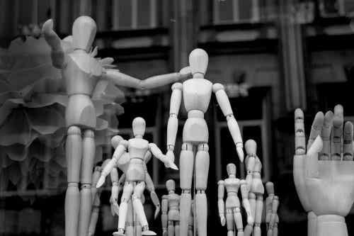 Grupa manekinów i ręka przywódcy