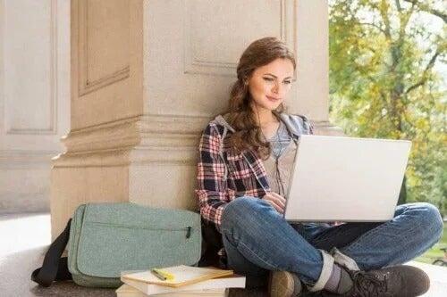 Kobieta z laptopem w trakcie nauki
