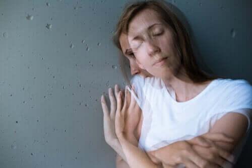 Kobieta opierająca się o ścianę - zaburzenia urojeniowe