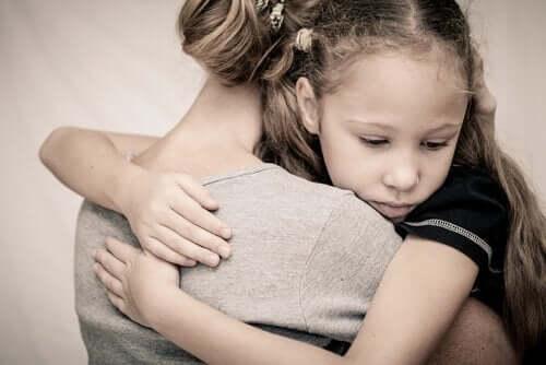 Kobieta przytulająca dziewczynkę