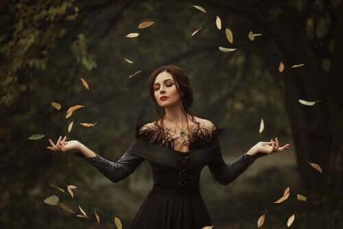 Kobieta w kręgu liści