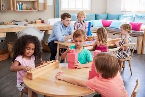 Maria Montessori: kobieta, która zmieniła świat edukacji