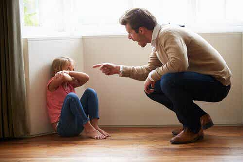 Ojciec krzyczy na córke