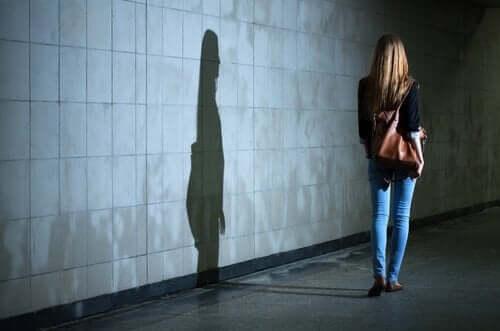 Samotnie idąca kobieta