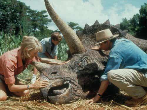 Scena z Jurassic Park, w której ludzie ratują dinozaura