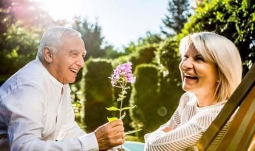 Śmiejące się starsze osoby