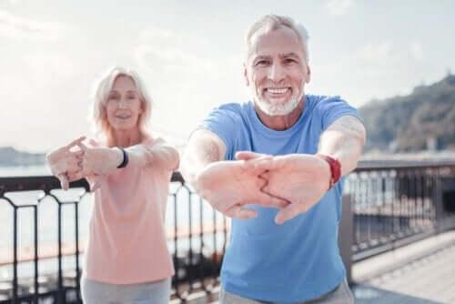 Starsza para podczas ćwiczeń - podstawy zdrowego starzenia się
