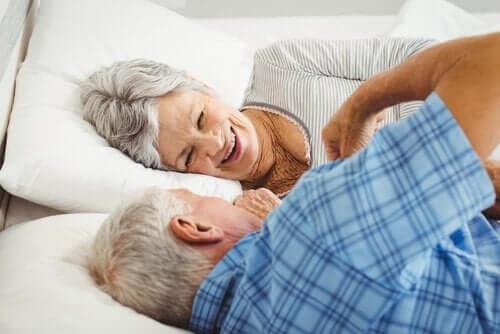 Starsza para w łóżku - podstawy zdrowego starzenia się