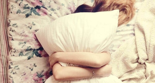 Kobieta z poduszką