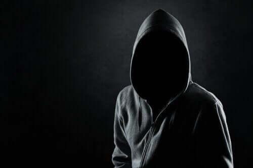 Zakapturzony mężczyzna - psychologiczny profil mordercy