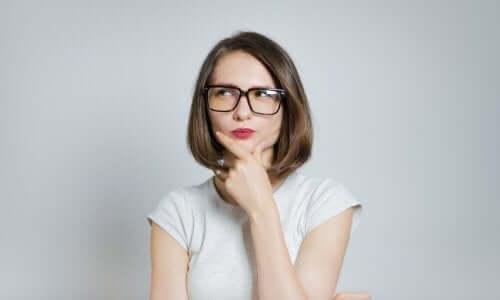 Zamyślona kobieta w okularach - myślenie magiczne