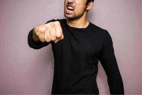 Agresywny mężczyzna pokazuje pięść