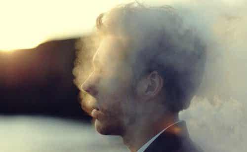 Głowa mężczyzny w dymie