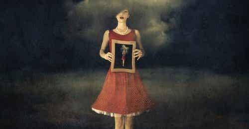 Kobieta trzymająca obraz