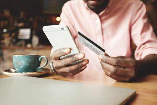 Mężczyzna robiący zakupy online