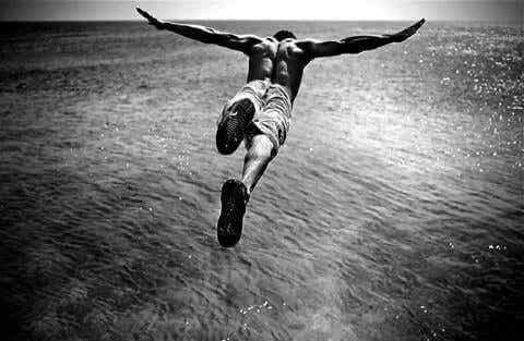 Mężczyzna skaczący do wody - neofil