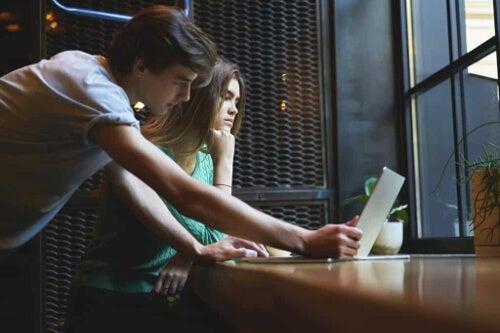 Sprawdzanie laptopa córki