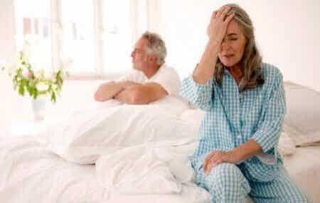 Obrażona para w łóżku - jak menopauza wpływa na popęd seksualny
