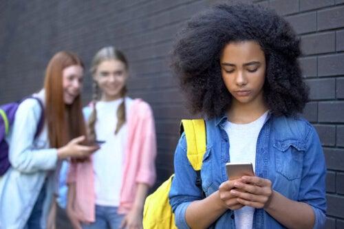 Sieci społecznościowe w okresie dojrzewania - jak nimi zarządzać?