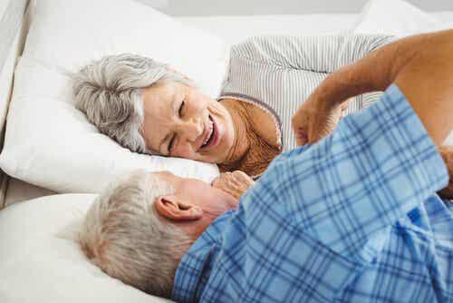 Starsza para w łóżku