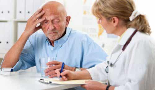 Starszy mężczyzna u lekarza - komunikacja z osobą z demencją