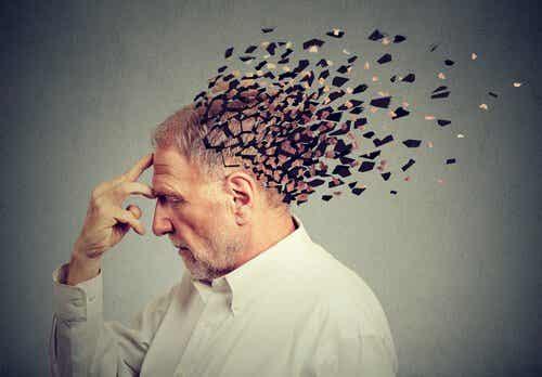 Starszy mężczyzna z głową rozpadającą się na kawałki