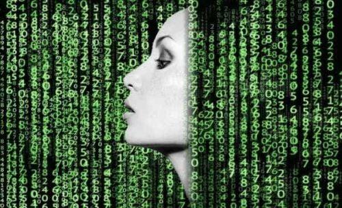 Twarz kobiety widoczna z profila pośród zielonego kodu programistycznego