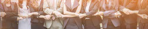 Współpracownicy trzymający się za ręce