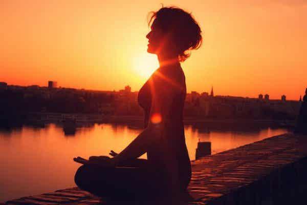 Kobieta medytująca na molo