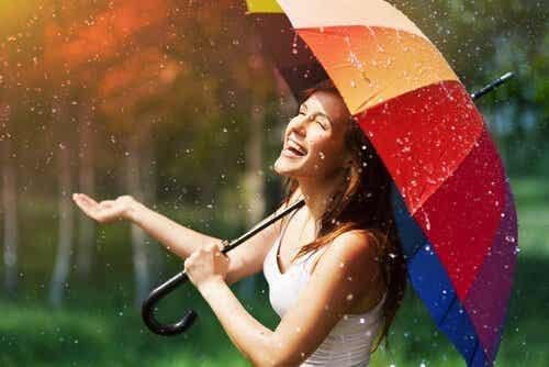 Kobieta śmiejąca się w deszczu - JOMO