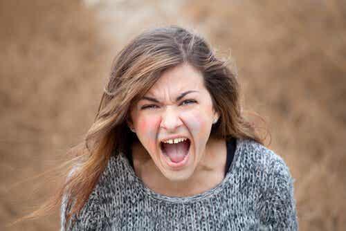 Krzycząca kobieta - problemy emocjonalne